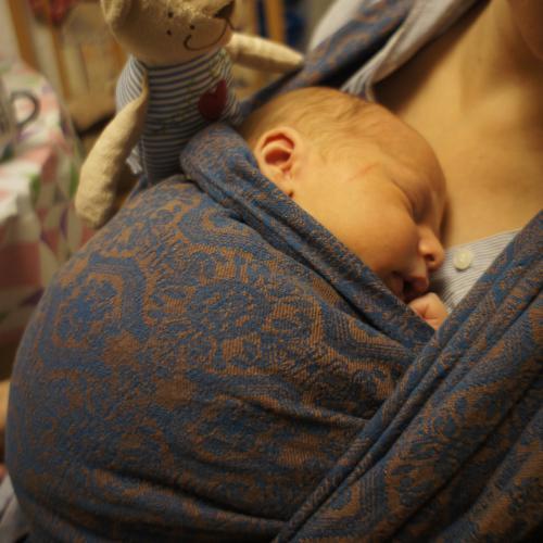 Drei Tage alter Vincent kuschelt mit Mama.